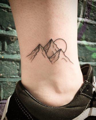 Tatuaggio piccolo sole tramonto montagna by @kirkbudden