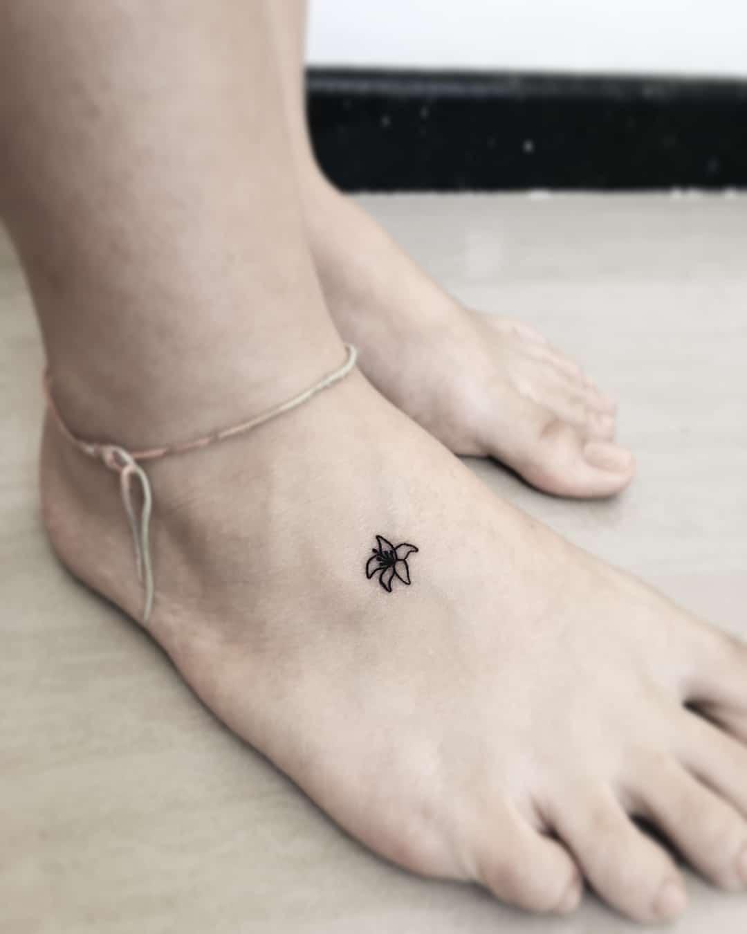 tattoo piccolo piede fiore by @rebeccanobretattoo