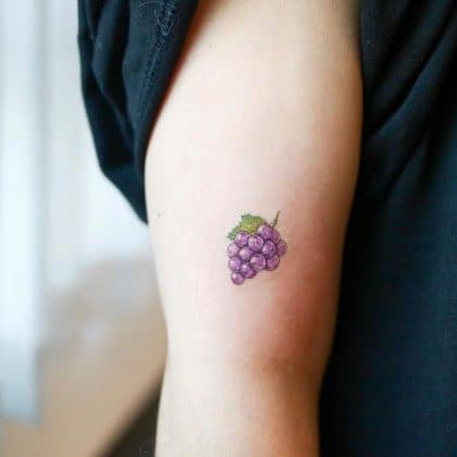 tatuaggio picccolo uva by @heemee.tattoo