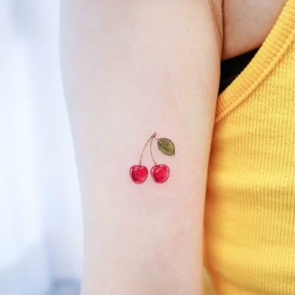 tatuaggio piccolo braccio ciliegie by @studiobysol