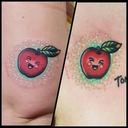 tatuaggio piccolo mela by @dinkyink