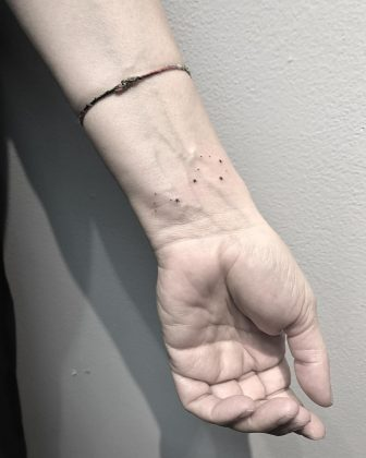 tatuaggio piccolo polso stelle by @msantana.nyc